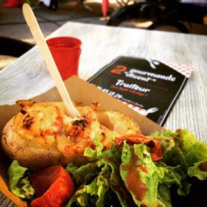 Patate farcie pour une pause plaisir sur un marché gourmand en midi-pyrénées