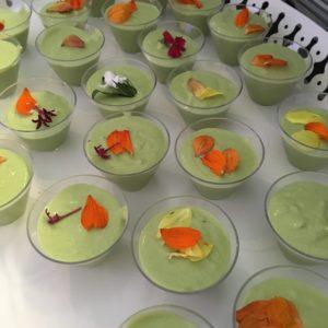 Verrines estivales de crème de petits pois et son pré de fleurs comestibles