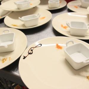 Préparation et dressage d'assiettes pour repas de groupe et séminaire