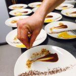 Décoration des assiettes par notre chef lors des préparations des menus.